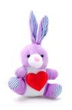 Luz - coelho de coelho roxo do brinquedo que senta-se com coração Imagens de Stock Royalty Free