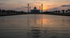Luz colorida con el cielo y agua antes de la puesta del sol en el M central Fotografía de archivo