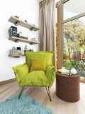 Luz contemporânea moderna - cadeira verde na sala de visitas ilustração do vetor