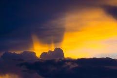 Luz crepuscular do por do sol da nuvem fotografia de stock royalty free