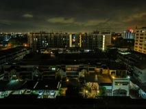 A luz da construção na cidade imagem de stock