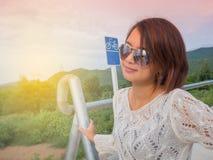 Luz da manhã da mulher do viajante na estrada Foto de Stock Royalty Free