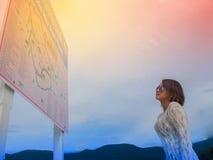 Luz da manhã da mulher do viajante na estrada Imagens de Stock