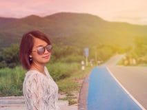 Luz da manhã da mulher do viajante na estrada Fotos de Stock Royalty Free