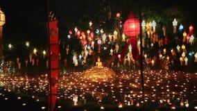 Luz da monge um as velas para rezar a Buda no templo, Chiang Mai, Tailândia video estoque