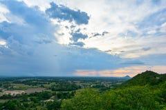 A luz da noite com o campo das nuvens de Tailândia imagens de stock royalty free
