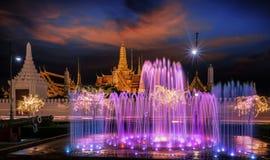 Luz da noite da fonte do marco de Sanam Luang e palácio grande Imagens de Stock Royalty Free
