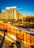 Luz da noite em carros e em construções de estrada de ferro em Philadelphfia, Pe Fotos de Stock