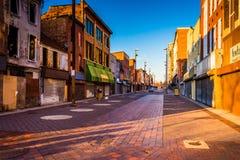 Luz da noite em lojas abandonadas na alameda velha da cidade, Baltimore, miliampère imagens de stock royalty free