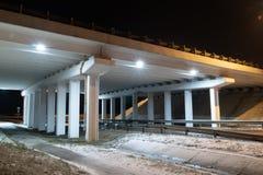 Luz da ponte da construção - arquitetura azul da noite do transporte fotografia de stock royalty free