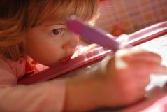 A luz da sala do jardim de infância da escola da escrita da tração da menina pensa a infância Foto de Stock Royalty Free