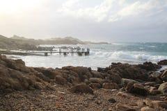 Luz da tarde em rochas do canal Fotografia de Stock Royalty Free