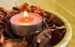 Luz da vela com pot-pourri termas e conceito da decoração do Natal foto de stock royalty free
