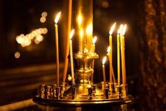 Luz da vela da igreja Imagens de Stock Royalty Free