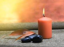 Luz da vela e pedras pretas fotos de stock