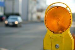 Luz de advertência em uma construção no tráfego rodoviário Imagens de Stock Royalty Free