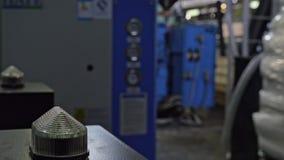 Luz de advertência em uma máquina de processamento Lâmpada vermelha de piscamento do close up na máquina na planta de produção do filme