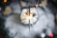 Luz de Bengala como el símbolo del Año Nuevo fotografía de archivo