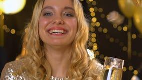 Luz de Bengala de la tenencia de la señora y vidrio atractivos de champán en el partido del Año Nuevo almacen de video