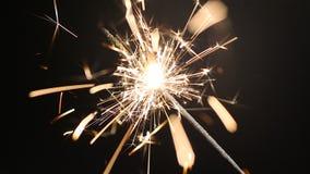 Luz de Bengala que chispea brillantemente, creando humor festivo en el partido, celebración almacen de video