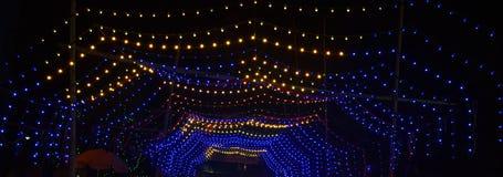 Luz de Bokeh - fundo abstrato azul com círculos e brilho cintilando Esfera redonda brilhante ilustração digital fotos de stock royalty free