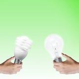 Luz de bulbo de la idea del intercambio de la mano. Imagen de archivo