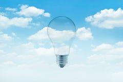 A luz de bulbo no céu azul com branco nubla-se o fundo foto de stock royalty free