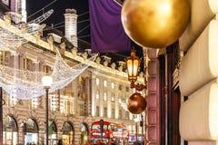 Luz de calle adornada de la Navidad, Londres Imágenes de archivo libres de regalías
