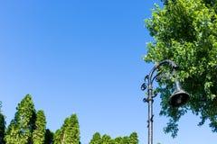 Luz de calle antigua con el cielo azul fotos de archivo