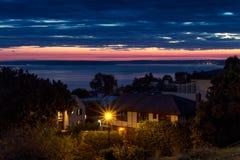 Luz de calle, casas y opinión del mar en la puesta del sol en Seattle, los E.E.U.U. foto de archivo libre de regalías