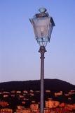 Luz de calle con la opinión de la ciudad Fotos de archivo