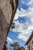 Luz de calle contra el cielo azul detalles Castillo en Eisenach, Alemania de Wartburg Imagen de archivo