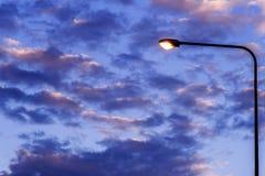Luz de calle contra el fondo crepuscular imagen de archivo libre de regalías
