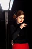 Luz de calle de la mujer del cine negro foto de archivo
