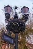 Luz de calle del viejo estilo, farola hermosa delante de Olsztyn constructivo viejo, Polonia Fotografía de archivo