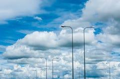 Luz de calle en el cielo imagenes de archivo