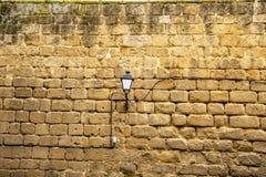 Luz de calle en una pared antigua, Toledo fotografía de archivo libre de regalías