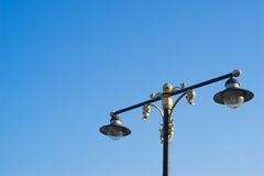 Luz de calle hermosa con el cielo azul Foto de archivo libre de regalías
