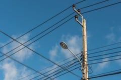 luz de calle, polo eléctrico del proyector Imagenes de archivo
