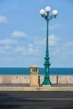 Luz de calle por el mar Imagenes de archivo