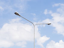 Luz de calle sobre el cielo azul Imagen de archivo libre de regalías