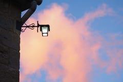 Luz de calle y nube de la puesta del sol Fotografía de archivo libre de regalías