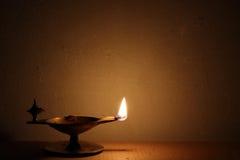 Luz de cobre amarillo tradicional de la lámpara de aceite Imagen de archivo libre de regalías