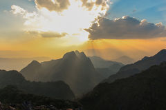 Luz de dios adentro a la montaña con el mejores cielo y nube Fotografía de archivo libre de regalías