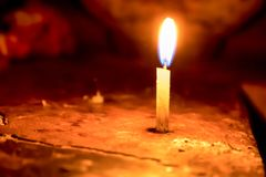Luz de extensi?n de la vela aislada en fondo de la falta de definici?n fotos de archivo libres de regalías