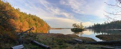 Luz de igualación hermosa en caída en la isla y aún las aguas de la laguna ingeniosa, Victoria, Columbia Británica fotos de archivo