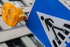 Luz de la alarma atada a la señal de tráfico que cruza foto de archivo libre de regalías