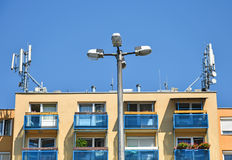 Luz de la calle principal delante de una construcción de viviendas imagenes de archivo