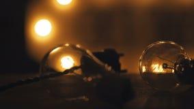 Luz de la electricidad en la tabla Bombillas industriales Fotos de archivo libres de regalías
