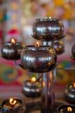 Luz de la lámpara de aceite en un templo budista para el fondo Fotos de archivo